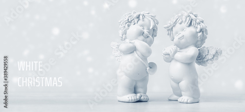 Fotomural Two adorable cherub baby angels on a snowy Christmas Day