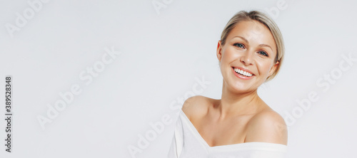 Foto Beauty portrait of blonde smiling laughing woman 35 year plus clean fresh face i