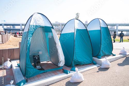 避難地での簡易テント内のトイレ Fotobehang