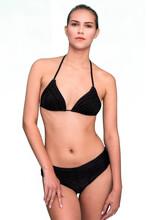 Piękna Seksowna Kobieta W Bikini W Studiu Na Białym Tle.