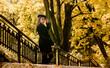 sesja w parku piękna modelka brunetka jesień seksowna kobieta dziewczyna brown tones