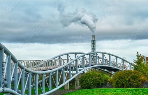 Canvastavla Moderne Brücke an einem Park in Leverkusen