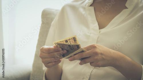 日本円を数える人 Fototapet