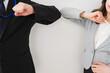 新しい生活様式の握手をするビジネスパーソン
