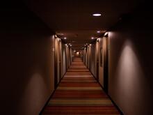 Long Corridor Avec Plusieurs P...