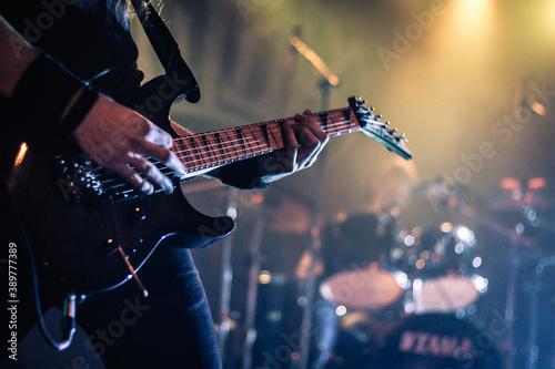 Obraz na plátně Closeup shot of a guitarist playing guitar