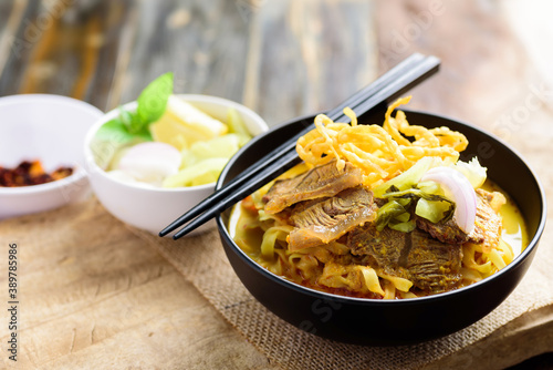 Fotografía Northern Thai food (Khao Soi), Spicy curry noodles soup with beef in a bowl eati