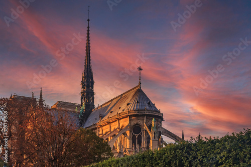 Fotografiet Details of the eastern facade of Notre Dame de Paris Cathedral facade with flyin