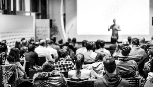 Foto Speaker giving a talk in conference hall at business event