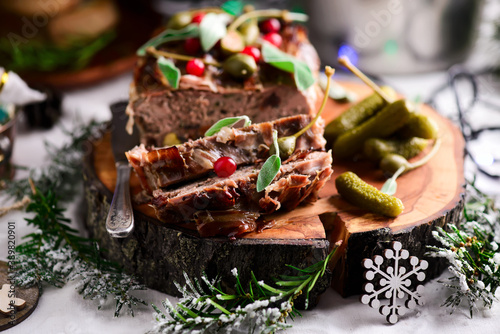 Fotografiet quail terrine in a Christmas decor.