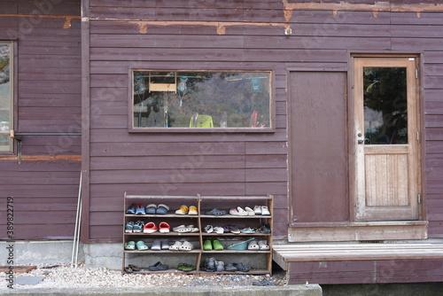 Tablou Canvas 木造ロッジの玄関前の下駄箱