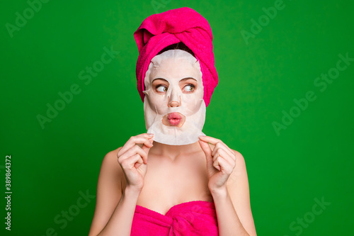 Photo Close-up portrait of pretty minded lady wearing turban removing facial mask flaw