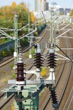 Isolatoren An Strommasten Auf  Berliner Bahngelände Mit Potsdamer Platz Im Hintergrund