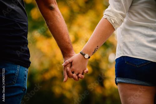 Fotografija pareja de enamorados cogiéndose de la mano