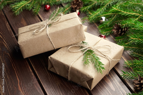 Foto Christmas gift boxes with fir tree branches on wooden background