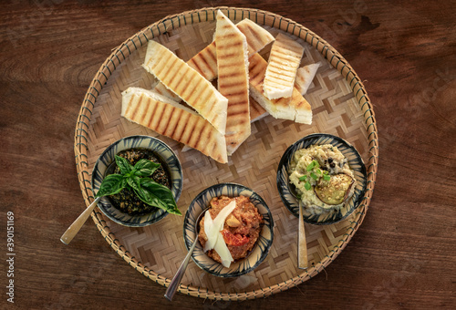 Fotografia turkish meze vegetarian tapas snack platter on rustic wood table