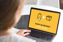 Click And Collect Concept. Woman With Laptop. E-commerce Click And Collect Online Ordering Service Symbol. Shopping Bag. Shopping Cart. Pickup Location In French.
