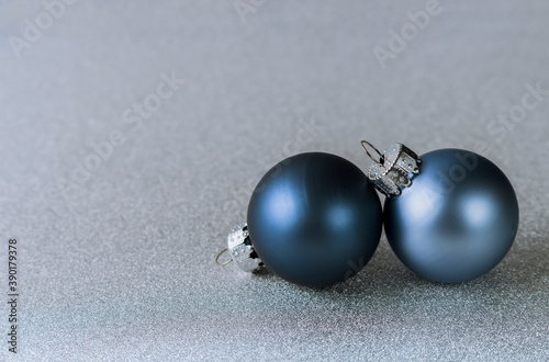 Photo two blue Christmas balls on silver background
