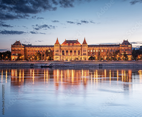 Fotografiet View on the riverbank of Budapest with the Budapest University of Technology and