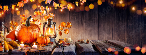 Foto Thanksgiving - Old Table With Pumpkins And Corns With Bokeh Lights In Dark Backg