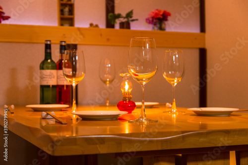 Fototapety, obrazy: テーブルランプとワイングラスイメージ