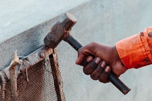 Fotografía Closeup shot of hand holding hammer
