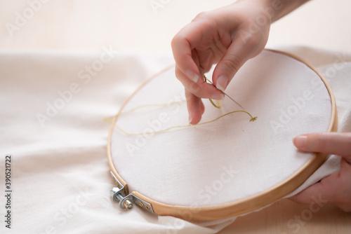 bordando en bastidor de madera circular Canvas