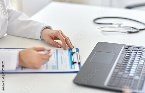 Fotografía medicine, healthcare and profession concept - female doctor in white coat with l