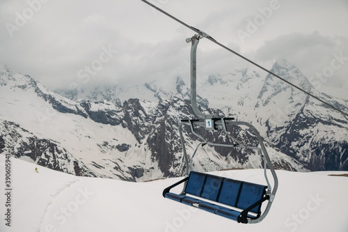 Fotografía ski chair lift ropeway at the ski resort, view from the funicular to the mountai