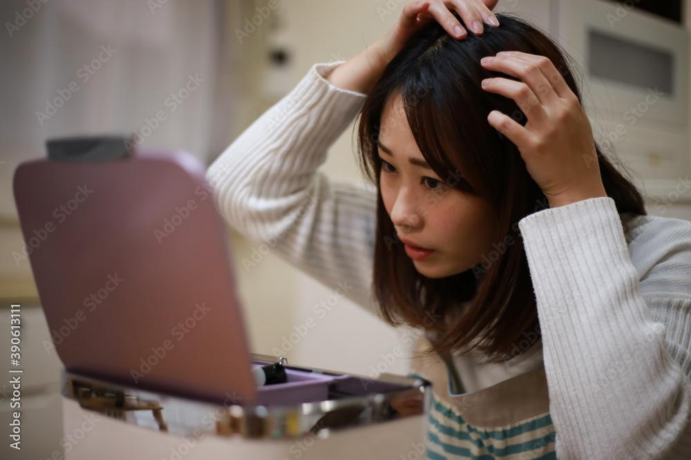Fototapeta 頭髪を気にする女性