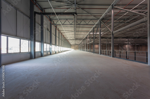 Foto View inside a new empty warehouse on the mezzanine floor looking into the hall