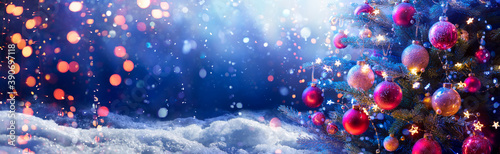 Fotografía Abstract Snowy Christmas Tree On Snow With Snowfall And Defocused Lights In The