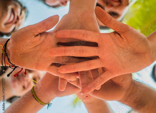 Fotografija grupo de manos reunidas una detrás de la otra