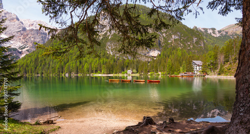 Foto wooden boats in the clear calm water of iconic mountain lake Pragser Wildsee (La