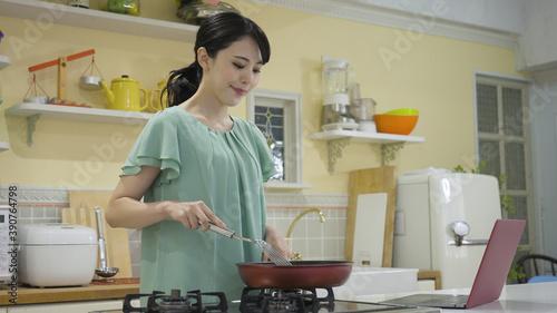 Stampa su Tela レシピサイトを見ながら料理をする若い女性