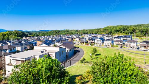 青空が広がる郊外の新興住宅街 東京 Fotobehang