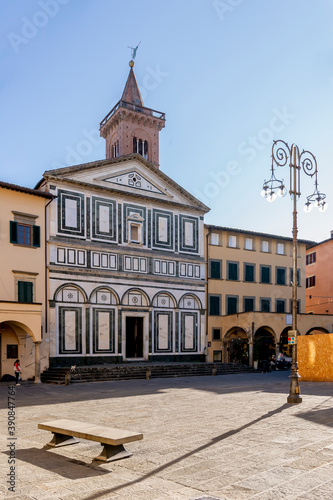 Photo The facade of the parish church of Sant'Andrea in Piazza Farinata degli Uberti s