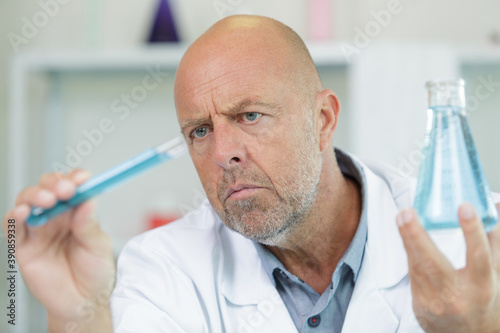 Fotografiet portrait of concentarted scientist old man in lab