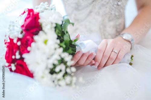 Papel de parede Selective focus shot of a bride hand holding a bridal bouquet