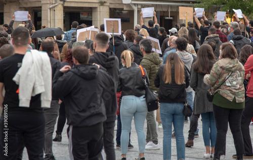 Obraz na płótnie manifestación por las restricciones de la pandemia