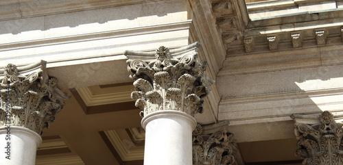 Capitelli corinzi e colonne del monumento storico