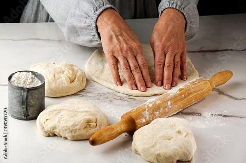 Papel de parede making pizza process, woman's hand working with dough and flour, white and grey