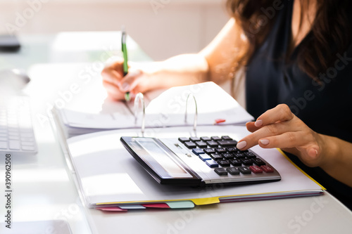 Fotografiet Chartered Accountant Hand Calculating Tax