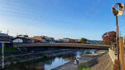 Fototapeta 観光地高山市の宮川の橋の風景