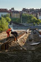 Robotnicy Na Budowie Nad Wisłą W Warszawie Na Tle Starego Miasta