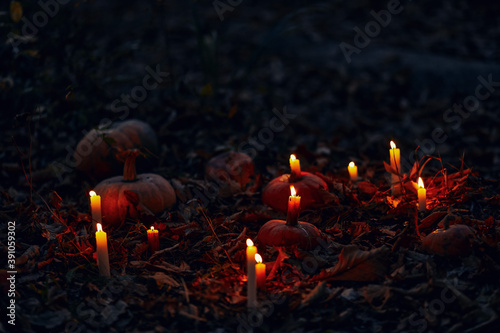 Tela Dark autumn night background with pumpkins and burning candles