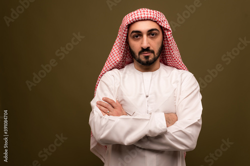 Photo Muslim man. Portrait of a young arab man in traditional dress.