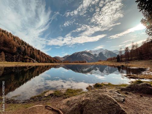 Fotomural lago di montagna colori autunno riflesso val di sole pejo