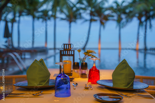 Fotografía tableware on table ready for dinner at poolside and seaside restaurant