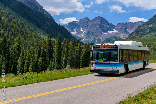 Fotografering Shuttle at Maroon Bells - During daytime hours of Summer and Autumn, Shuttle buses, running between Highlands and Marron Lake, are only vehicles allowed into Maroon Bells Scenic Area